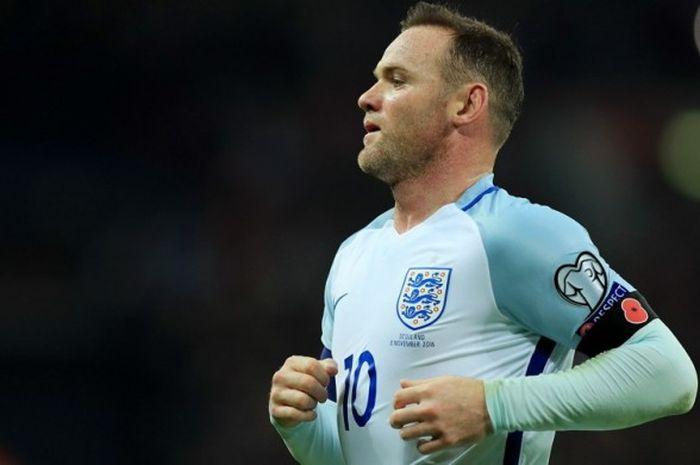 Striker tim nasional Inggris, Wayne Rooney, mengenakan ban hitam bergambar bunga poppy dalam pertandingan kualifikasi Piala Dunia 2018 menghadapi Skotlandia di Stadion Wembley, London, Inggris, pada 11 November 2016.