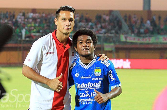 Gelandang Madura United, Raphael Maitimo (kiri), dan pemain muda Persib Bandung, Billy Keraf, berpos