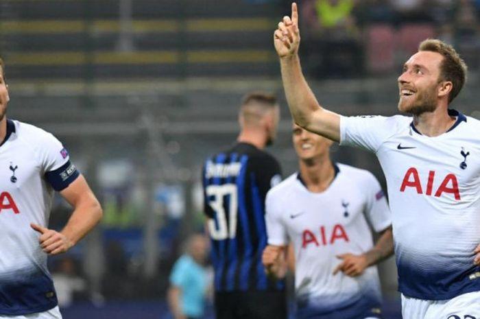 Playmaker Tottenham Hotspur, Christian Eriksen (kanan) merayakan gol ke gawang Inter Milan dalam partai Liga Champions  di Stadion Giuseppe Meazza, Milan, 18 September 2018.