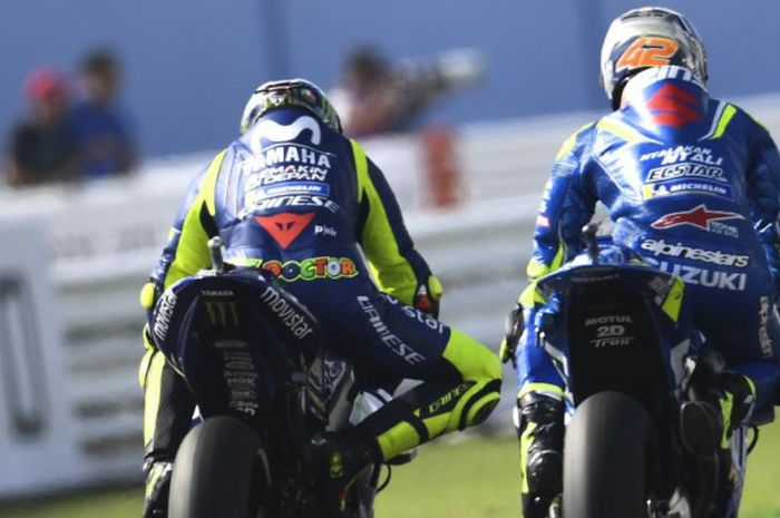 Pebalap Suzuki Ecstar Alex Rins (kanan) berada di depan Valentino Rossi (Movistar Yamaha)  saat balapan MotoGP San Marino di Sirkuit Misano, Italia (9/9/2018)