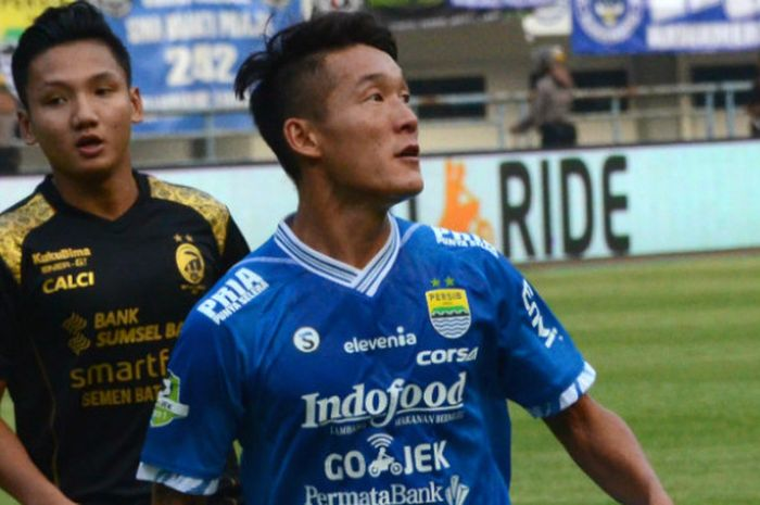 Gelandang Pesib Bandung asal Korea Selatan, Oh In-kyun sedang dikawal oleh pemain Sriwijaya FC, Syahrian Abimanyu.