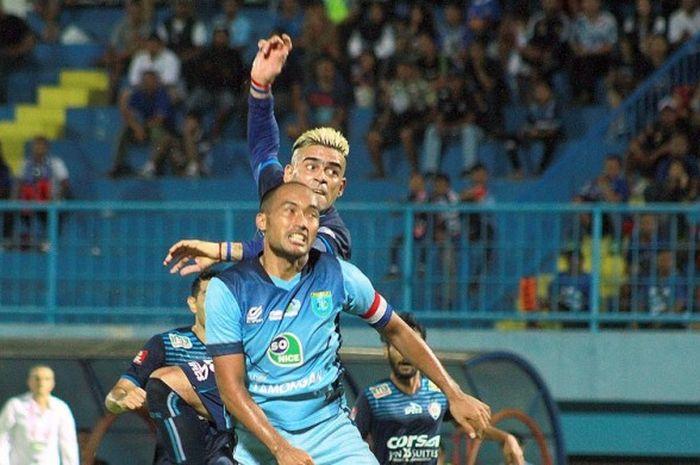 Cristian Gonzales berduel dengan kapten Persela Lamongan Aang Suparman dalam laga lanjutan TSC A di