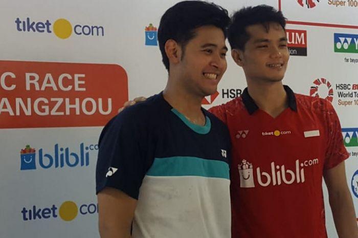 Angga Pratama dan Ricky Karanda Suwardi berpose bersama pada sesi konferensi pers usai laga babak pertama Indonesia Master 2019.