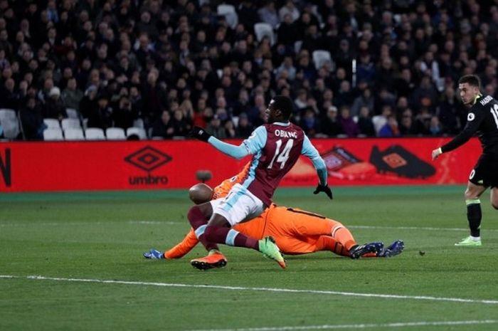 Gelandang Chelsea, Eden Hazard (kanan), mencetak gol ke gawang West Ham United dalam laga Premier League di Stadion London, Inggris, pada 6 Maret 2017.