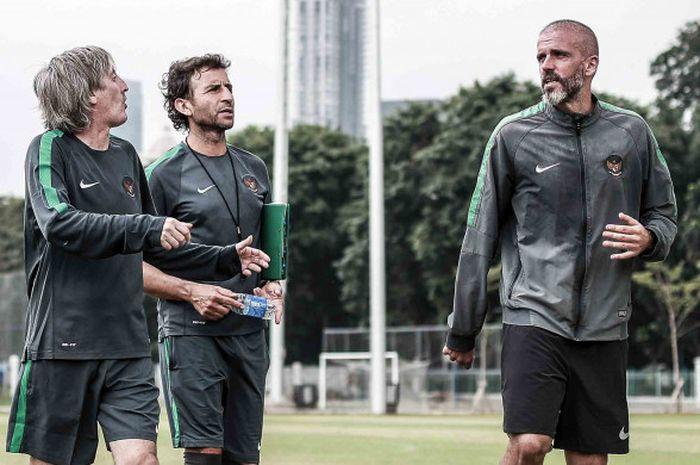 Pelatih Timnas Indonesia, Luis Milla bersama dua asistennya Miguel Gandia dan Eduardo Perez saat me