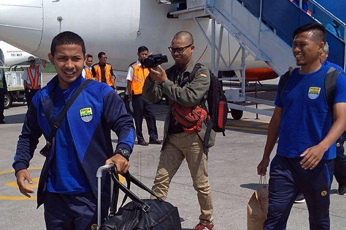 Pemain Persib Bandung, Gian Zola (kiri) dan Tony Sucipto, saat tiba di bandara Husein Sastranegara, Bandung, Senin (23/10/2017), usai menjalani laga tandang melawan Persela Lamongan dalam laga lanjutan Liga 1 2017.