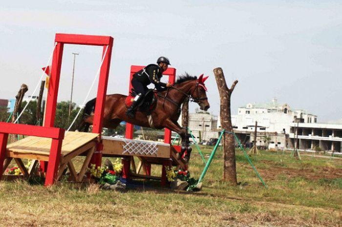Atlet equestrian Indonesia, Jamhur Hatta (detasemen kavaleri berkuda), saat menjalani test event di  Jakarta International Equestrian Park Pulomas (JIEPP).