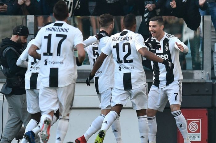 Megabintang Juventus, Cristiano Ronaldo (kanan), merayakan gol yang dicetak ke gawang Sampdoria dalam laga Liga Italia di Stadion Allianz, Turin pada 29 Desember 2018.
