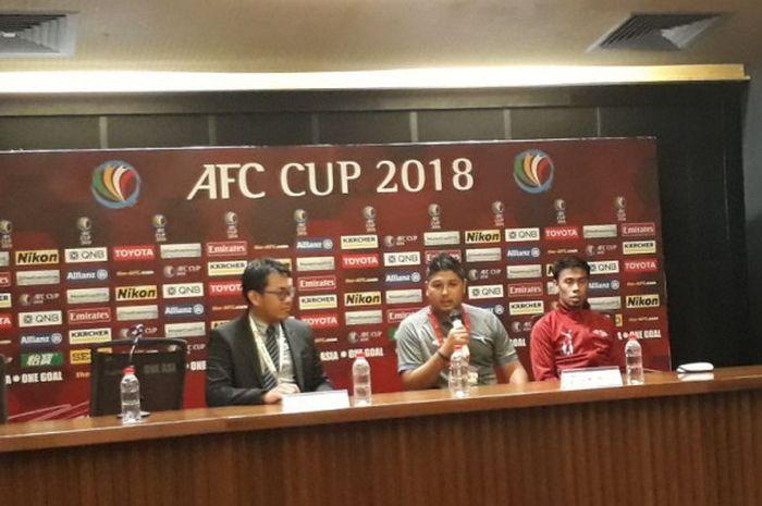 Pelatih Home United, Aidil Sharin (tengah) memberikan keterangan pers seusai mengalahkan Persija pada leg kedua semifinal Zona ASEAN Piala AFC 2018 di SUGBK, 15 Mei 2018.