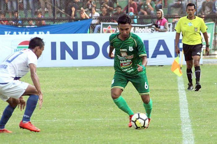 Aksi pemain PSMS Medan, Gusti Sandria (kanan), saat menghadapi PSIS Semarang pada laga pekan ke-21 Liga 1 2018 di Stadion Teladan, Medan, Sumatera Barat, Rabu (12/9/2018).