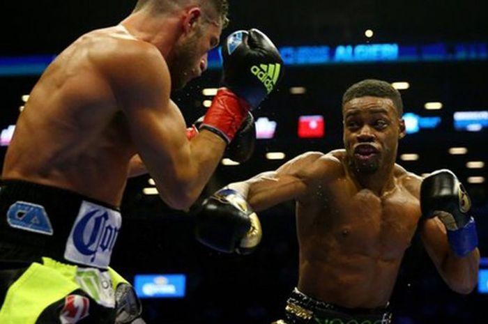 Pertarungan antara Chris Algieri (kiri) melawan Errol Spence, dimenangkan oleh Spence melalui TKO pa