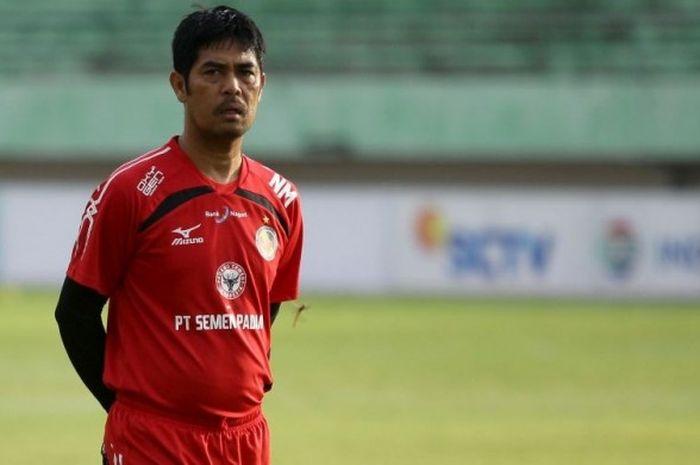 Pelatih Semen Padang, Nilmaizar, mengawasi sesi latihan tim jelang laga perempat final Piala Presiden 2017.