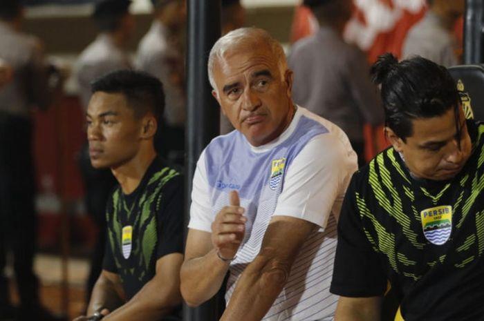 Pelatih Persib Bandung, Robertp Carlos Mario Gomez bersama asisten pelatih, Fernando Soler jelang laga melawan Persija Jakata, Sabtu (30/6/2018).