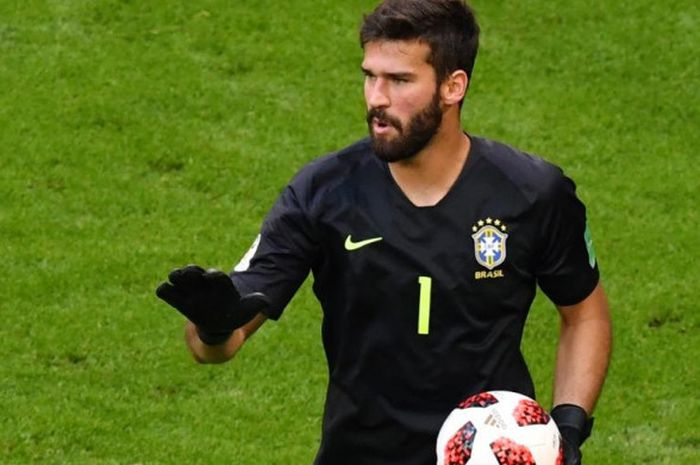 Kiper Brasil, Alisson Becker, dalam partai babak 16 besar Piala Dunia 2018 melawan Meksiko di Samara Arena, 2 Juli 2018.