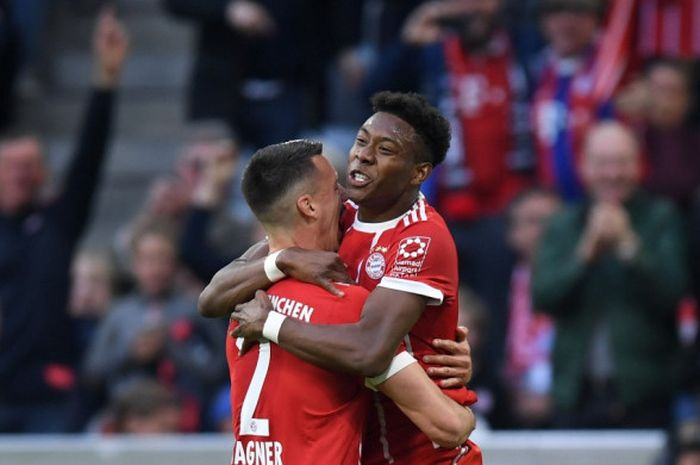 David Alaba melakukan selebrasi bersama Sandro Wagner setelah mencetak gol ke gawang Borussia Moen