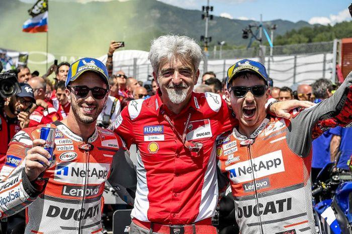 General Manager Ducati Corse, Luigi Dall'Igna (tengah), merayakan kesuksesan Ducati meraih double podium pada balapan MotoGP Italia (3/6/2018) bersama kedua pebalapnya Andrea Dovizioso (kiri) dan Jorge Lorenzo.