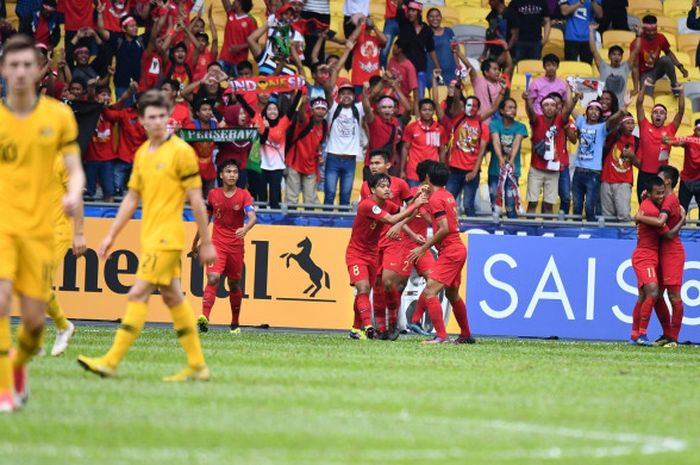 Para pemain Timnas U-16 Indonesia merayakan gol Sutan Zico ke gawang Australia pada laga perempat fi