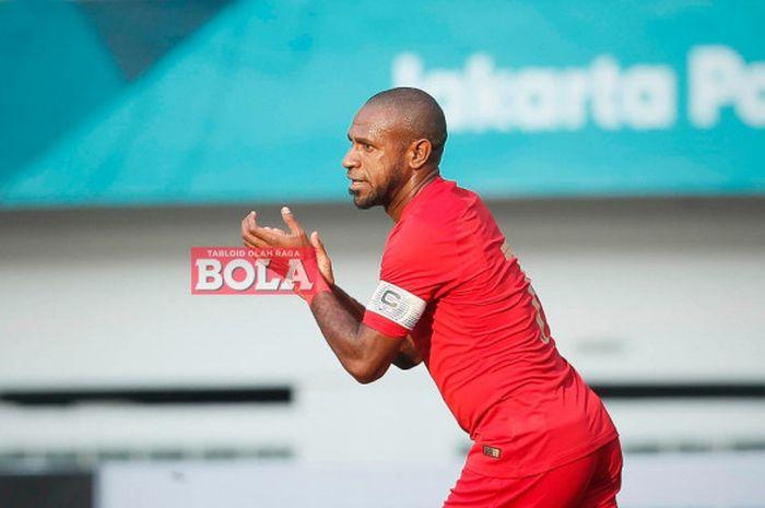 Boaz Solossa saat membela timnas Indonesia melawan timnas Mauritius pada laga uji coba di Stadion