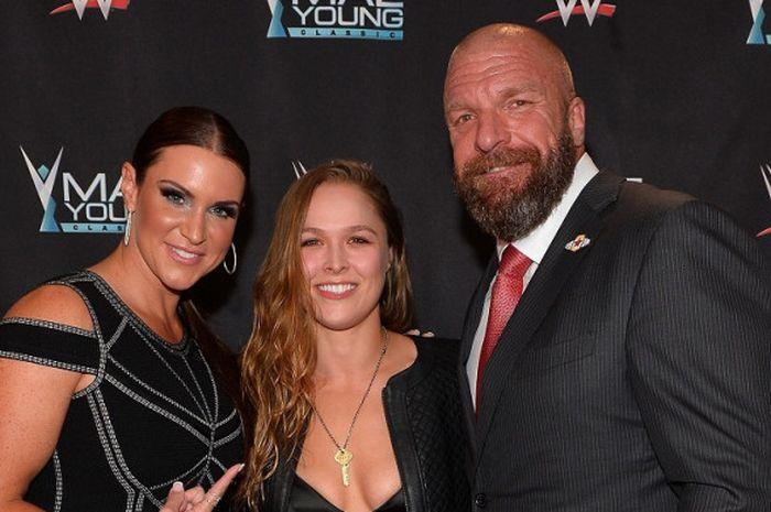 "Petarung UFC, Ronda Rousey (tengah) diapit dua petinggi WWE, Stephanie McMahon dan Paul ""Triple H"" L"