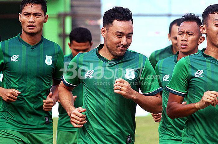 Gelandang PSMS Medan, Shohei Matsunaga (tengah) mengikuti latihan tim di Stadion Teladan Senin (30/7/2018) sore.