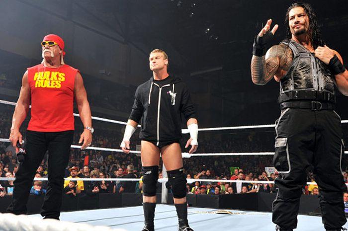 Hulk Hogan (kiri), Dolph Ziggler (tengah), dan Roman Reigns (kanan) dalam ajang Monday Night RAW pad