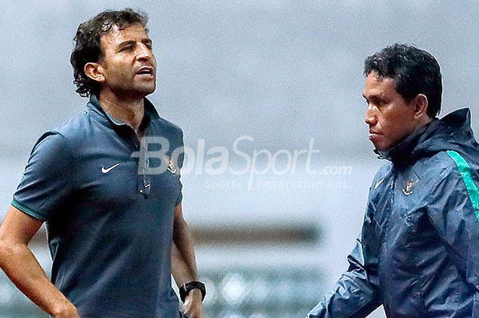 Pelatih timnas Indonesia, Luis Milla, dan asisen pelatih Bima Sakti, saat mendampingi timnya melaw