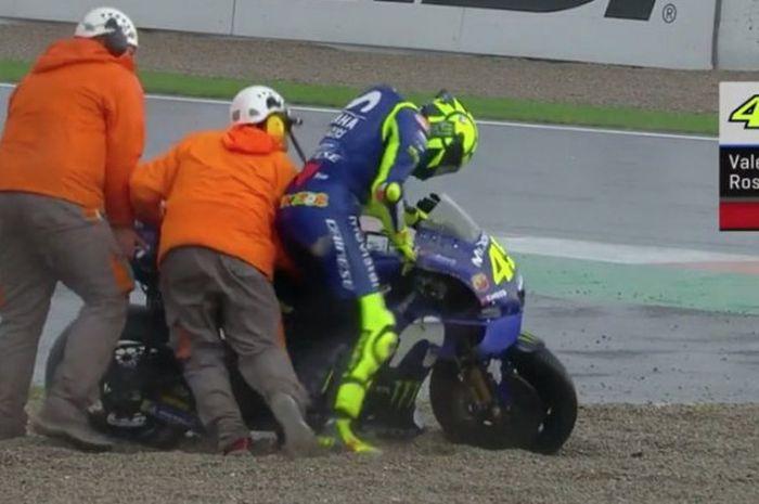 Momen saat Valentino Rossi (Movistar Yamaha) terjatuh dalam sesi balapan MotoGP Valencia 2018 yang diselenggarakan Minggu (18/11/2018).
