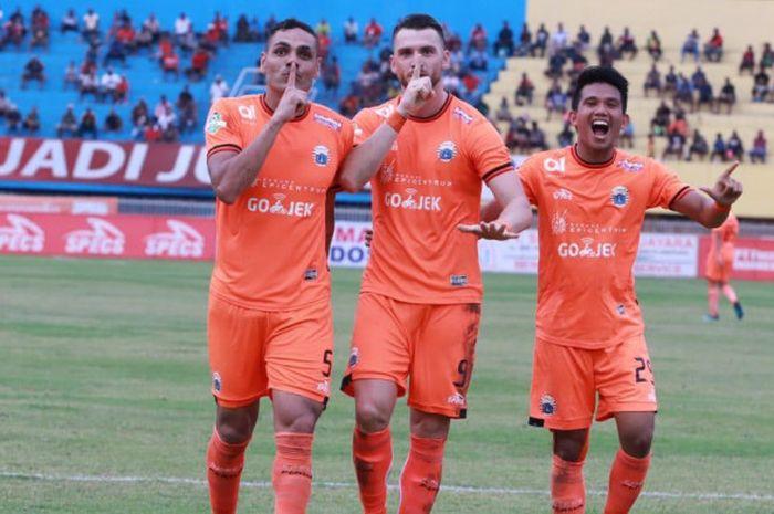Pemain Persija Jakarta, Jaimerson Xavier, Marko Simic, dan Sandi Sute, setelah merayakan gol ke gawang Persipura Jayapura di Stadion Mandala, Jayapura, Kamis (25/10/2018)