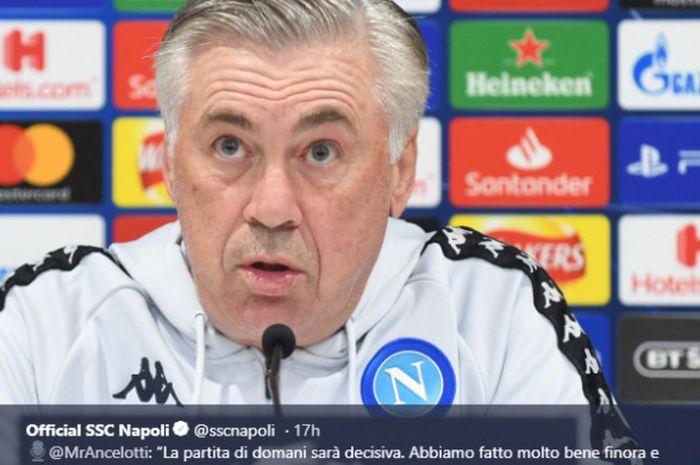 Pelatih Napoli, Carlo Ancelotti, saat menghadapi konferensi pers pra-pertandingan melawan Liverpool