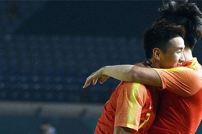 Pemain timnas U-23 China, Shihao Wei (kiri) dan rekan setimnya Hailong Li melakukan selebrasi seusai