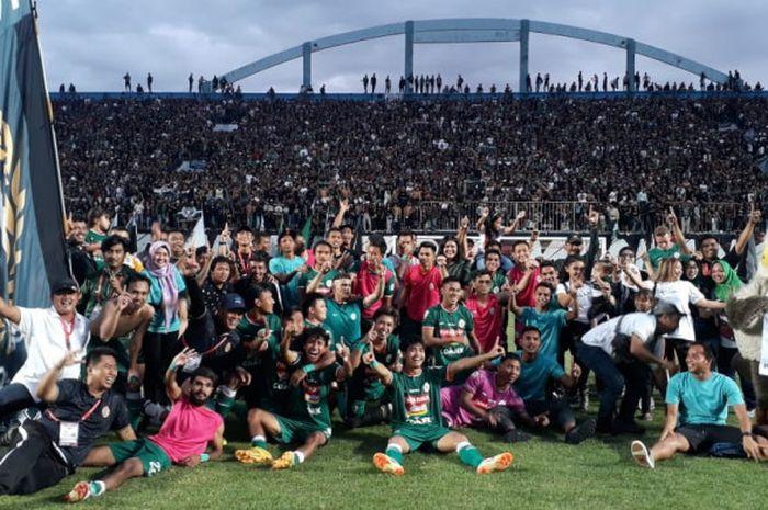 Seluruh pemain, staf pelatih, dan anggota keluarga PSS Sleman berfoto bersama setelah merayakan kebe