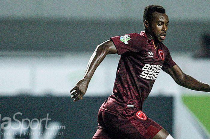 Aksi striker PSM Makassar, Guy Junior, saat tampil di Liga 1 2018.