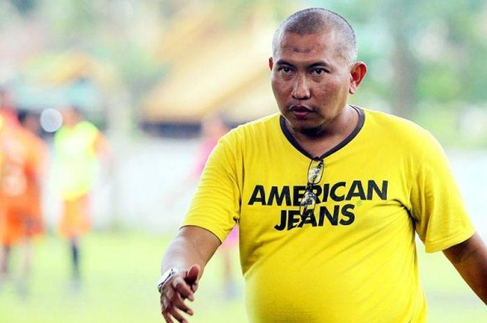Manajer Metro FC, Bambang Suryo, saat menghadiri latihan timnya. Bambang Suryo mendapat banyak ancaman seusai membongkar borok sepak bola Indonesia.