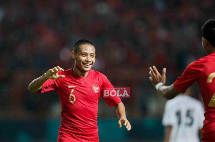 Selebrasi gelandang timnas Indonesia, Evan Dimas, seusai membobol gawang Mauritius dalam laga persahabatan di Stadion Wibawa Muklti, Selasa (11/9/2018).