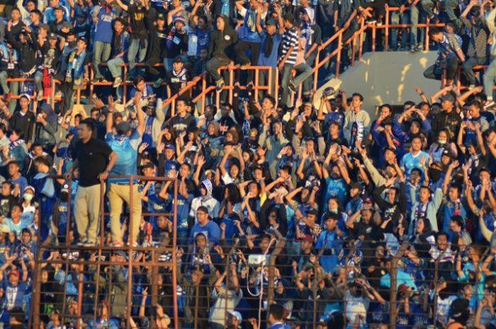 Salah satu ordo suporter PSIM Yogyakarta, Brajamusti, saat derbi DIY melawan PSS Sleman di Stadion S