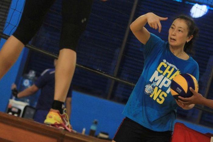 Pelatih tim putri Jakarta Elektrik PLN, Tian Mei, sedang melatih tim di lapangan voli PLN, Cinere, Depok, Senin (15/2/2016).