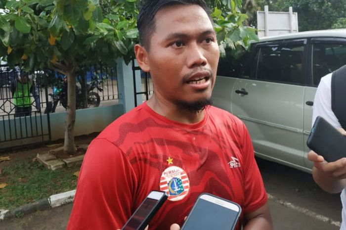 Tony Sucipto menjawab pertanyaan wartawan sesuai latihan perdananya bersama Persija Jakarta di Lapangan PSAU, Jakarta Timur, Jumat (18/1/2019).