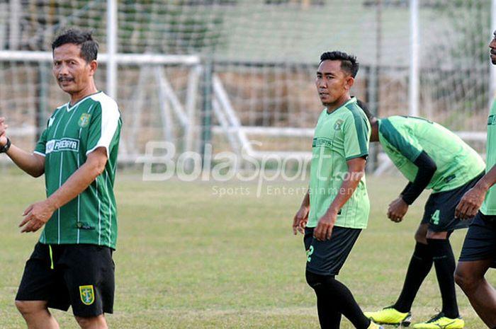 Pelatih Persebaya Djadjang Nurdjaman saat memberi materi latihan rutin pada pemain Persebaya jelang kontra PS Tira, Selasa (11/9/2018).