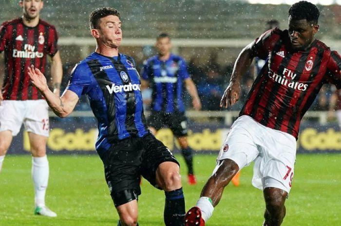 Gelandang AC Milan, Franck Kessie, saat berduel dengan pemain Atalanta dalam laga Liga Italia 2017-2