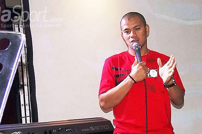 Pemain Persib Bandung, Tantan, saat menjadi komentator pada acara nonton bareng final Liga Champions