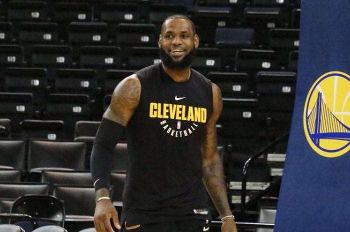 LeBron James saat menjalani sesi latihan di Oracle Arena pada Sabtu (2/6/2018) waktu setempat untuk persiapan laga kedua NBA Finals 2018.