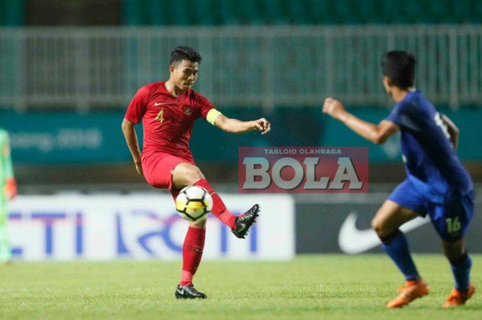 Kapten timnas u-19 Indonesia, Nurhidayat Haji Harris, beraksi pada laga kontra Thailand di ajang PSS