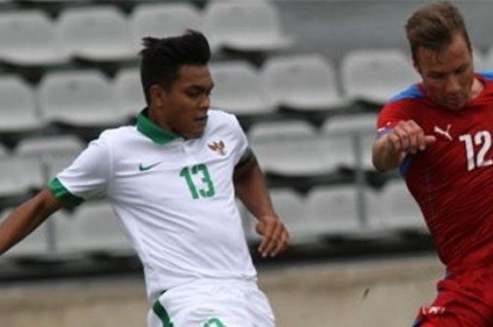 Pemain belakang timnas Indonesia U-19, Rachmat Irianto, coba menghalau pergerakan pemain Republik Ceska pada laga Toulon Tournament 2017 di Stadion Parsemain, Sabtu (3/6/2017).