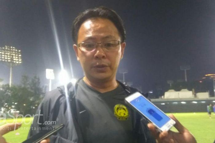 Pelatih timnas U-23 Malaysia, Ong Kim Swee menjawab pertanyaan wartawan di Lapangan ABC, Senayan, Jakarta, Rabu (22/8/2018).