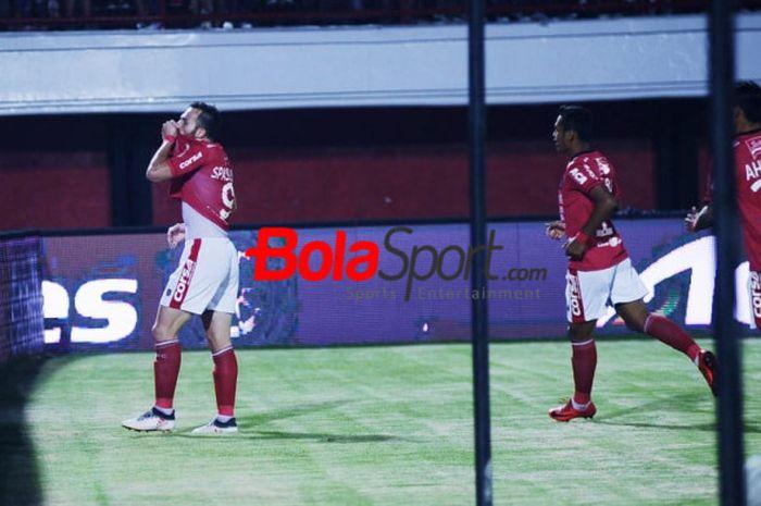 Striker Bali United, Ilija Spasojevic merayakan gol yang dicetaknya ke gawang PSM Makassar pada laga pekan ke-15 Liga 1 2018 di Stadion Kapten I Wayan Dipta, Gianyar, 11 Juli 2018.