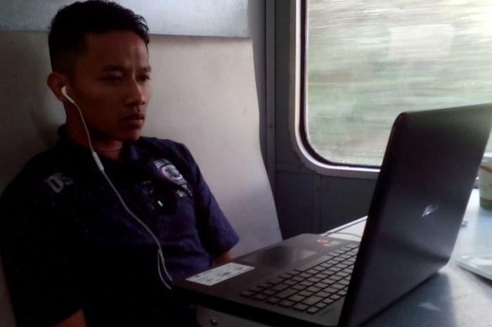 Dendi Santoso memilih mencari tempat di restauran kereta api untuk menonton film di laptop saat perjalanan ke Solo pada Jumat (24/2/2017).