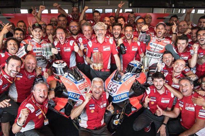 Andrea Dovizioso dan Jorge Lorenzo merayakan keberhasil mereka meraih podium MotoGP Rep Ceska bersama kru tim Ducati.