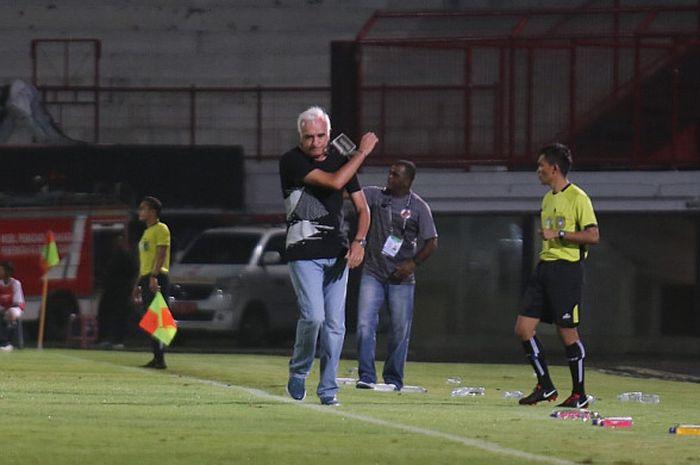 Ekspresi pelatih Persib Bandung, Roberto Carlos Mario Gomez, saat timnya ditahan imbang oleh Perse