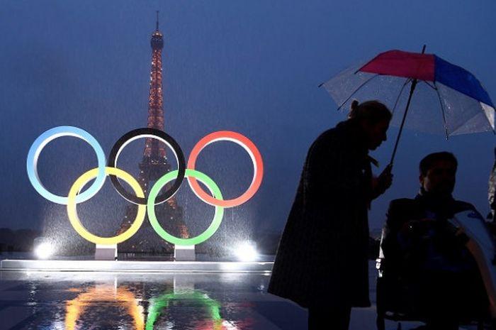 Warga sekitar berkumpul  di sekitar logo lima ring jelang Olimpiade Paris 2024 setelah resmi memenangi bidding IOC, 13 September 2017.