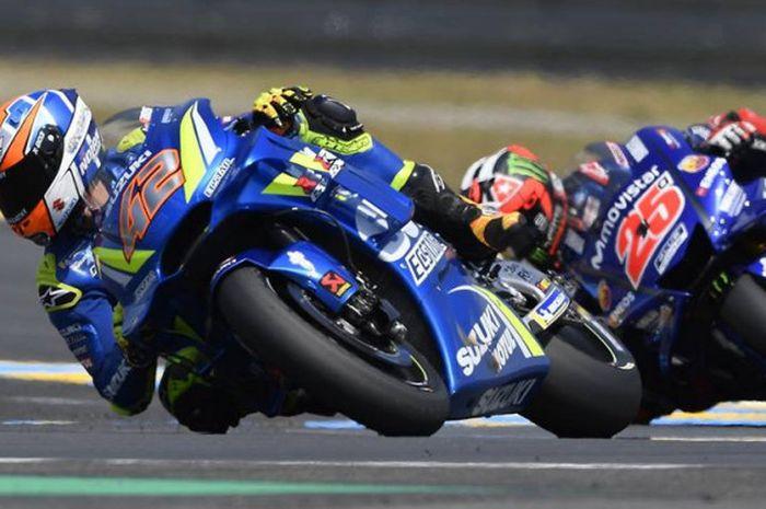 Alex Rins (#42) diikuti Maverick Vinales (#25) saat balapan di MotoGP Prancis pada Minggu (20/5/2018)